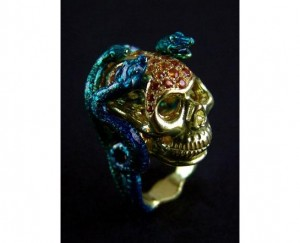 bague crâne et serpents en or